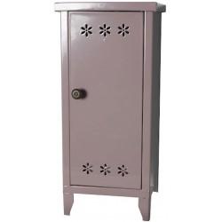 Metal cabinet w. shelves,...